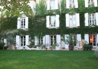 Région Béziers, dans joli village, ancienne propriété vigneronne comprenant belle demeure bourgeoise 500m² hab., maison annexe F4, anciennes écuries,  [...]