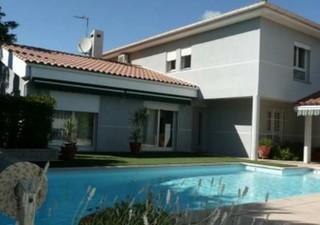 CABESTANY : Villa 4 faces construite sur 750 m² de terrain clos avec piscine en dur  8,40 x 4,30 le tout sans vis à vis. Entrée, séjour double avec ch [...]