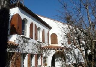 Béziers, sur 985m² de terrain agréablement paysagé, jolie villa des années 50, de 190m² habitables, offrant 4 chambres, 1 bureau, salon, séjour, cave, [...]