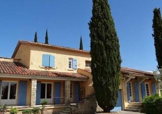 Proche ALES A 15 mn, Belle propriété possédant 2 habitations sur un beau terrain paysagé et arboré de 3 140 m² avec piscine. La maison principale répa [...]