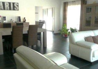 CABESTANY: Une belle villa contempraine en 3 faces, de 140m² hab sur une parcelle de 394m² avec piscine. Elle se compose en RDC, d\