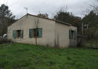 proche de ALES, Saint-privat-des-vieux : Dans quartier calme et recherché, maison de plain pied lumineuse comprenant une partie habitable avec pièce p [...]