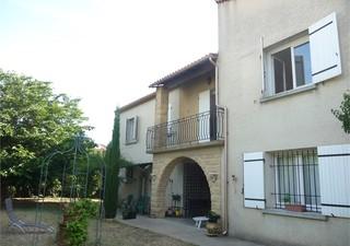 Sur un terrain clos et arboré de 950 m² villa idéale grande famille ou profession libérale, comprena [...]