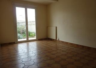 proche centre ville villa 3 faces comprenant séjour  cuisine aménagée 4 chambres  salle de bains