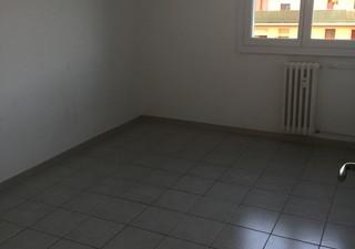 Appartement T4 comprenant 3 chambres, un séjour/cuisine , un couloir, un WC et une Salle d\